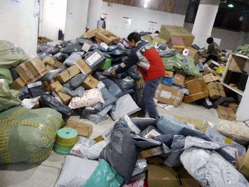 8天近60万件包裹涌入达州 快递员累惨了!