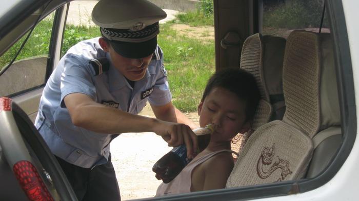 当摸着小男孩的额头及全身时,杨军顿即感到小男孩病情严重.