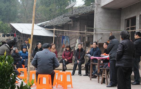 在三板乡大雾村,群众视他们为亲人,为朋友,向他们倾诉自己的困难,想法
