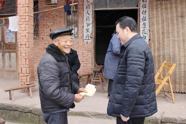 在三板乡大雾村患有肺气肿的老党员任世祥的院坝,在离休老干部刘正田