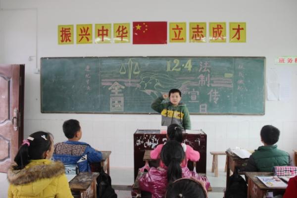 """为让学生了解法律,养成遵纪守法的良好习惯,近日,汇东乡中心学校积极开展法制宣传活动。   活动中,老师强调,宪法是国家的根本大法,是依法治国的有力保障,是实现美丽中国梦的坚强后盾,每个中国公民都应自觉遵守法律,维护宪法权威。同时通过一些法律案例,向学生传授简单的法律知识,让学生了解法律在社会生活中的重要作用,要求学生从我做起,从现在做起,改正不良行为习惯,提高法制意识,远离违法犯罪,做一个文明小学生,做一个合格公民,为社会和谐贡献力量。   六年级学生陈世杰说:""""我们要遵守国家法律,不做"""