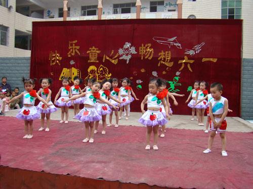 幼儿园红色幕布布置